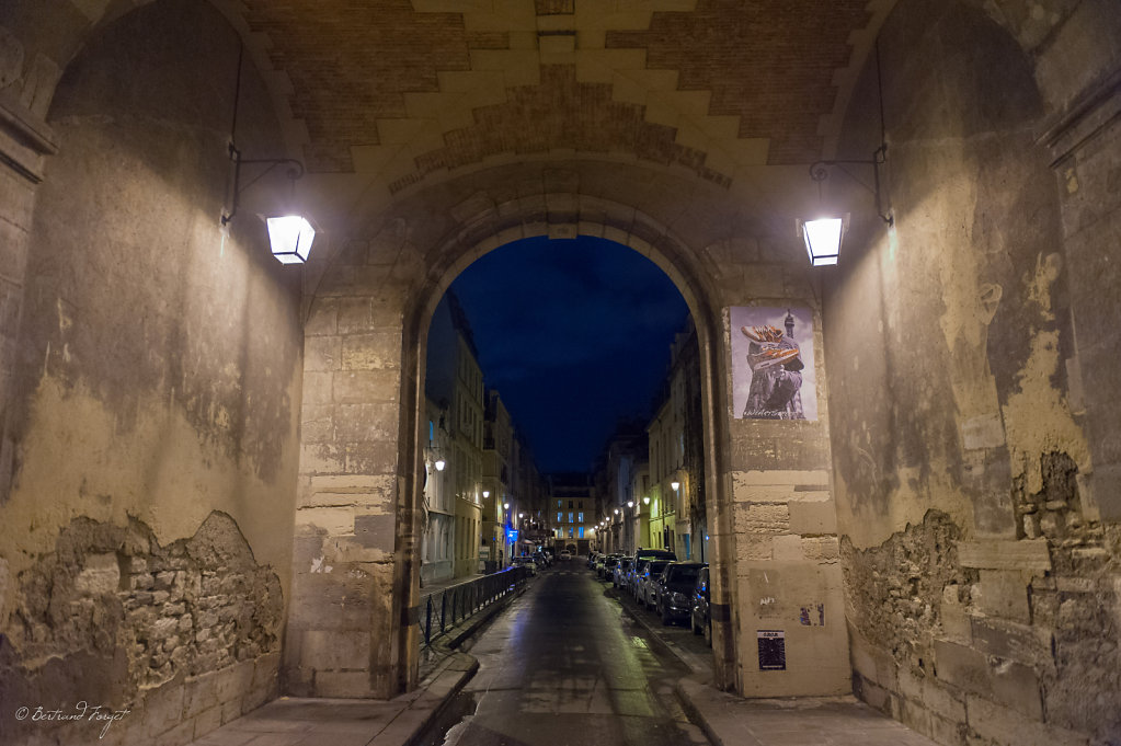 photo de la rue de birague de nuit